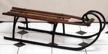HörnerschlittenMetall und Holz. 28x36x105,5cm.
