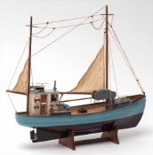 Modell eines FischerbootesHolz, farbig bemalt. H.47, L.50cm.