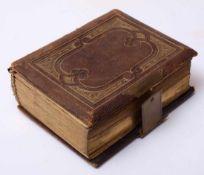 Fotoalbum, um 1900Geprägter Ledereinband, Rückdeckel fehlt, Schnitt vergoldet. 15,5x12,5cm. Darin