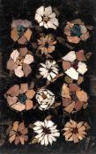 Pietra-Dura-PlatteZahlreiche Einzelblüten auf schwarz marmoriertem Grund. 30x19cm.