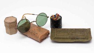 Sonnenbrille, 19.Jhdt.Graviertes Gestell mit grünen Gläsern und Bügeln aus Bein (?). Dazu zwei