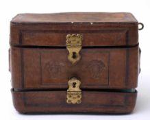 Patronentasche, dat. 1857Dickwandiges Leder mit geometrischen Zierprägungen. Auf der Schauseite
