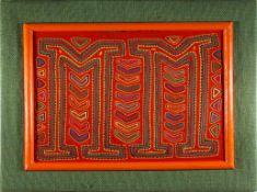 Mola, 1. Hälfte 20.Jhdt.Stoffarbeit der Kuna-Indianer. Auf Holzplatte montiert. 30,5x41cm.