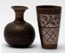 Vase, orientalischKugeliger Korpus mit schlankem Hals und ausgestellter Mündung mit umgeschlagenem