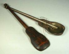 Balkenwaage, orientalisch, 19.Jhdt.Geschnitzter, geigenförmiger Kasten. Waagebalken aus graviertem