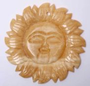 WandapplikeIn Form einer Sonne. Geschnittener, hellgelber Marmor. Durchm.22cm.