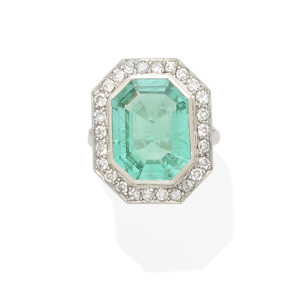 Lot 37 - An emerald and diamond ring