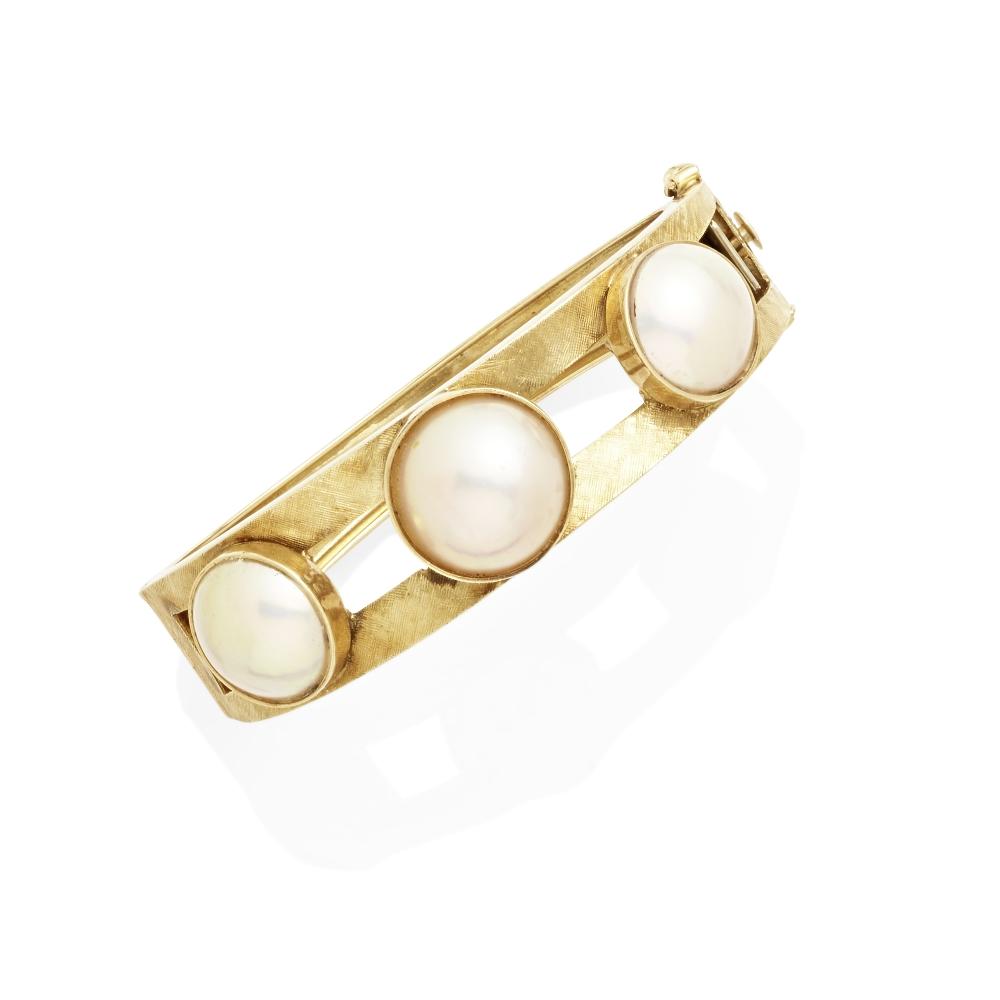 Lot 9 - A Mabè pearl hinged bangle