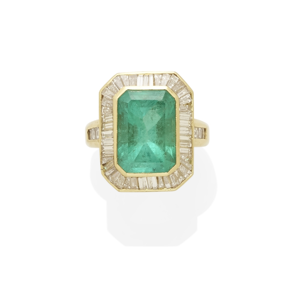 Lot 17 - An Emerald and Diamond Ring