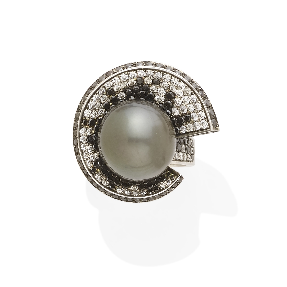 Lot 52 - A colored cultured pearl, colored diamond and diamond ring