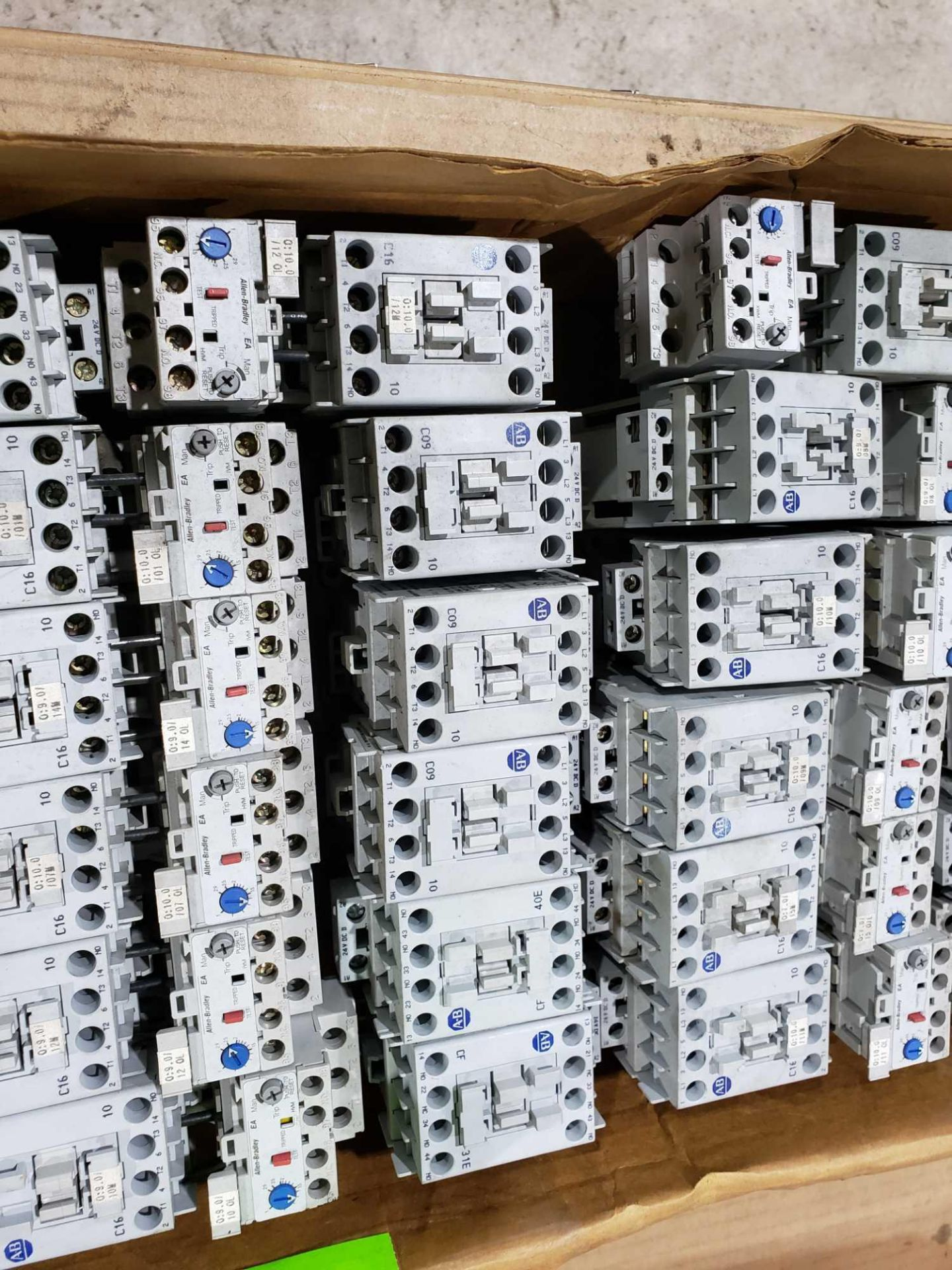 Lotto 37 - Large Qty of Allen Bradley Contactors in assorted sizes and part numbers.
