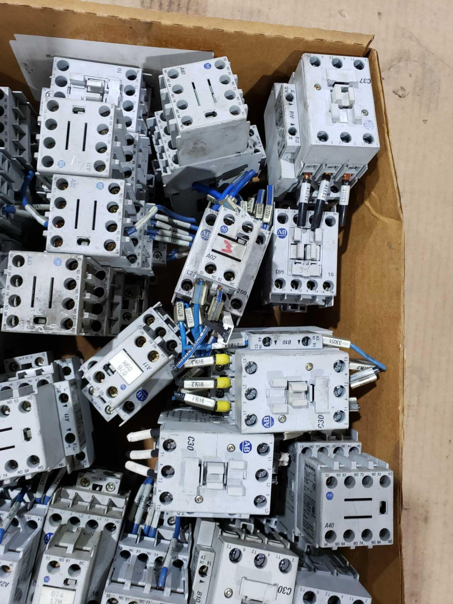 Lotto 15 - Large Qty of Allen Bradley Contactors in assorted sizes and part numbers.