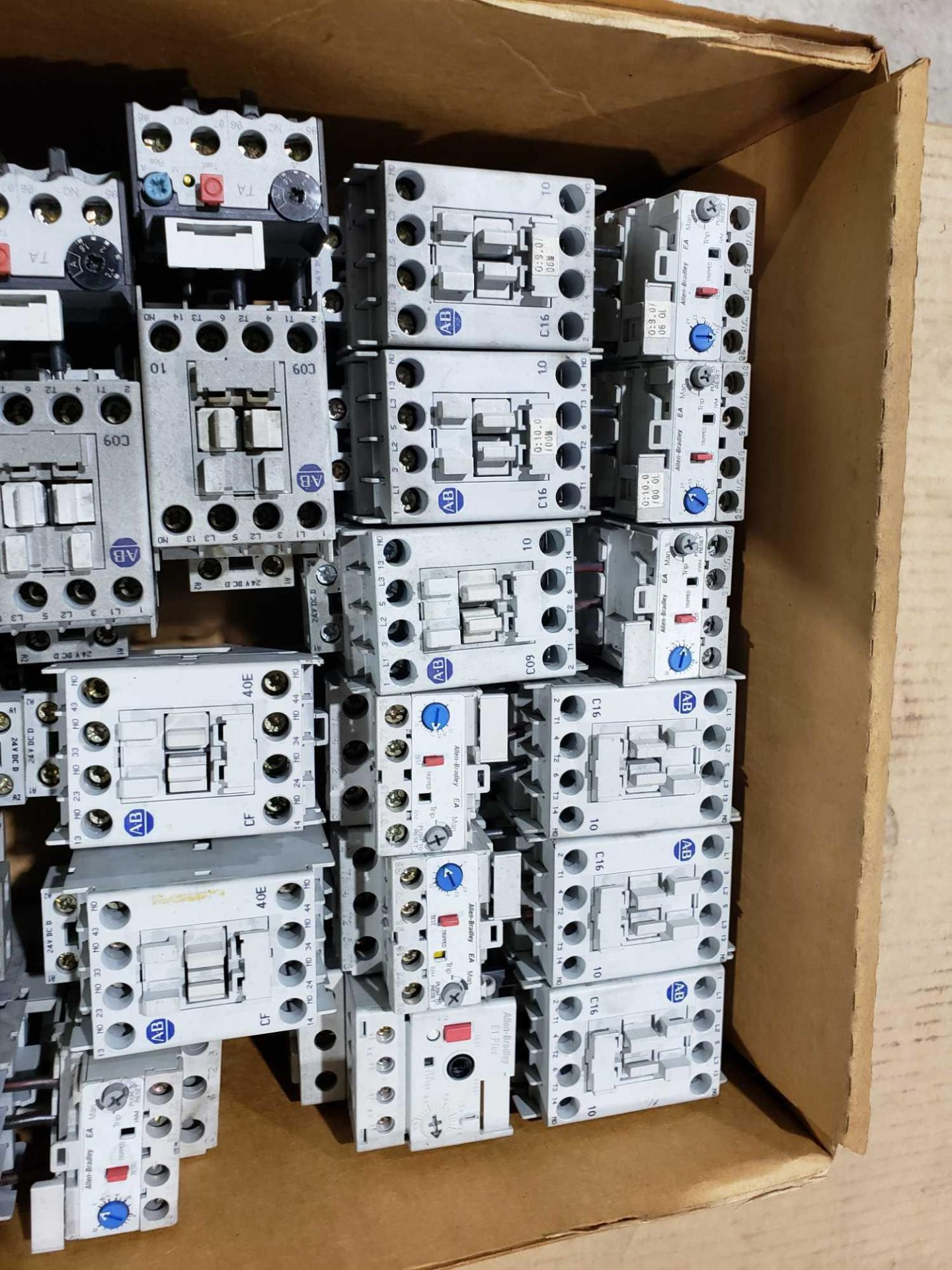 Lotto 28 - Large Qty of Allen Bradley Contactors in assorted sizes and part numbers.