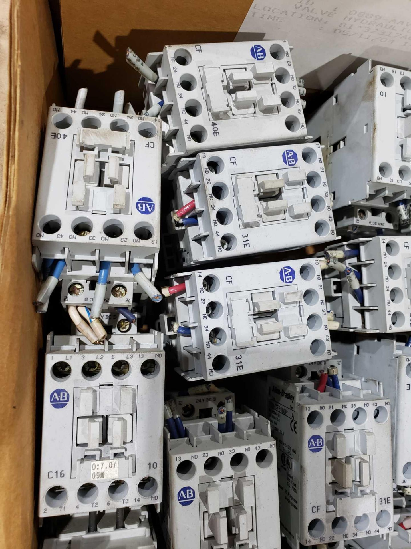 Lotto 16 - Large Qty of Allen Bradley Contactors in assorted sizes and part numbers.
