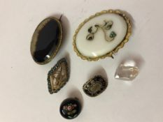 Mixed Lot of Brooches, to include two yellow mounted agate brooches, Victorian yellow metal and