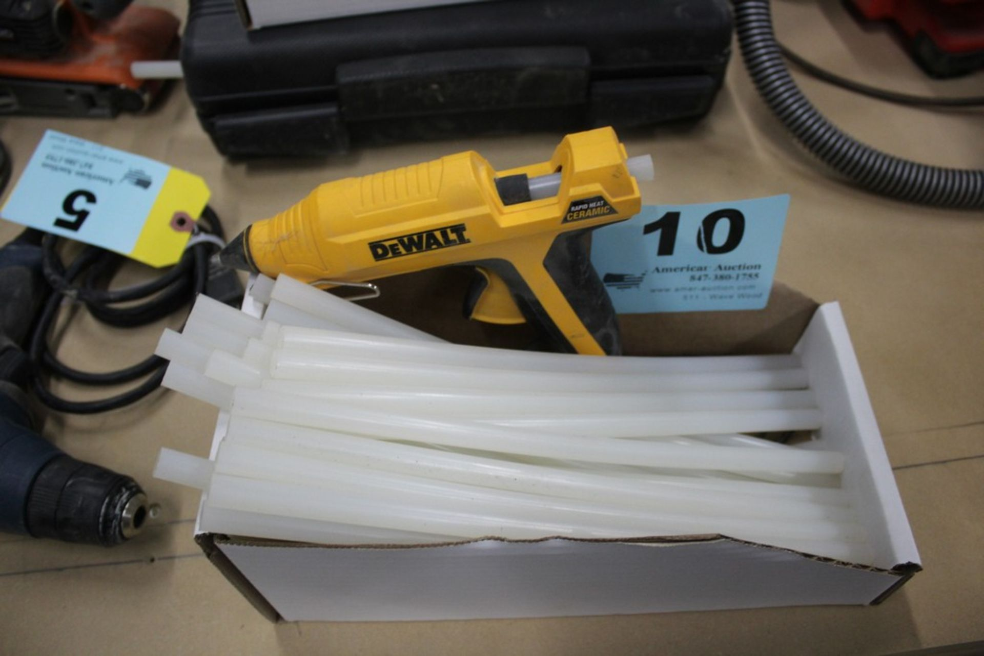 Lot 10 - DEWALT MODEL DWHT GR50 RAPID HEAT CERAMIC GLUE GUN WITH GLUE STICKS