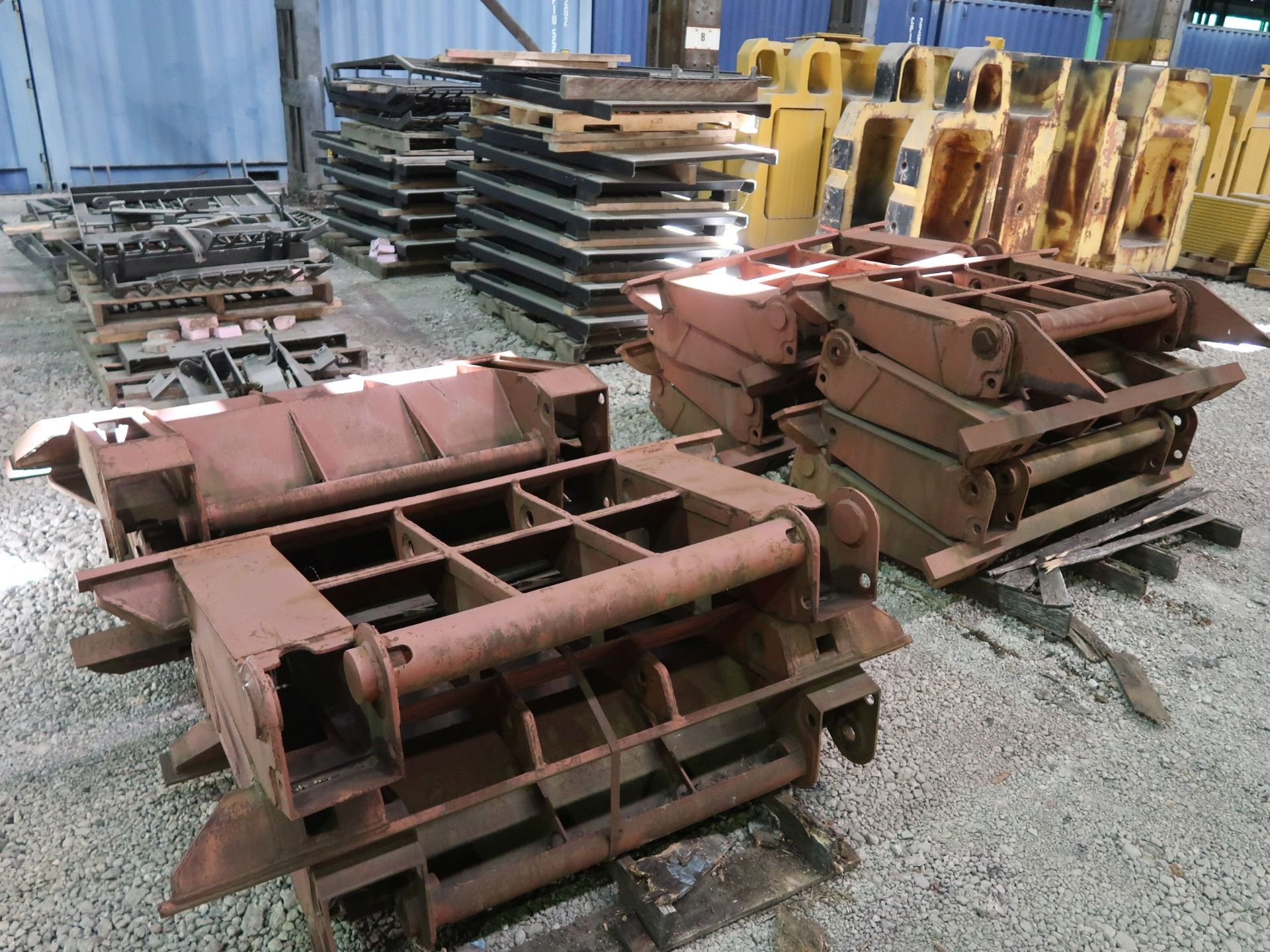 Lot 1523 - (LOT) MISCELLANEOUS ALLIED GATOR FABRICATED PARTS INCLUDING CLAM SHELL ATTACHMENTS, WINDOW GUARDS,