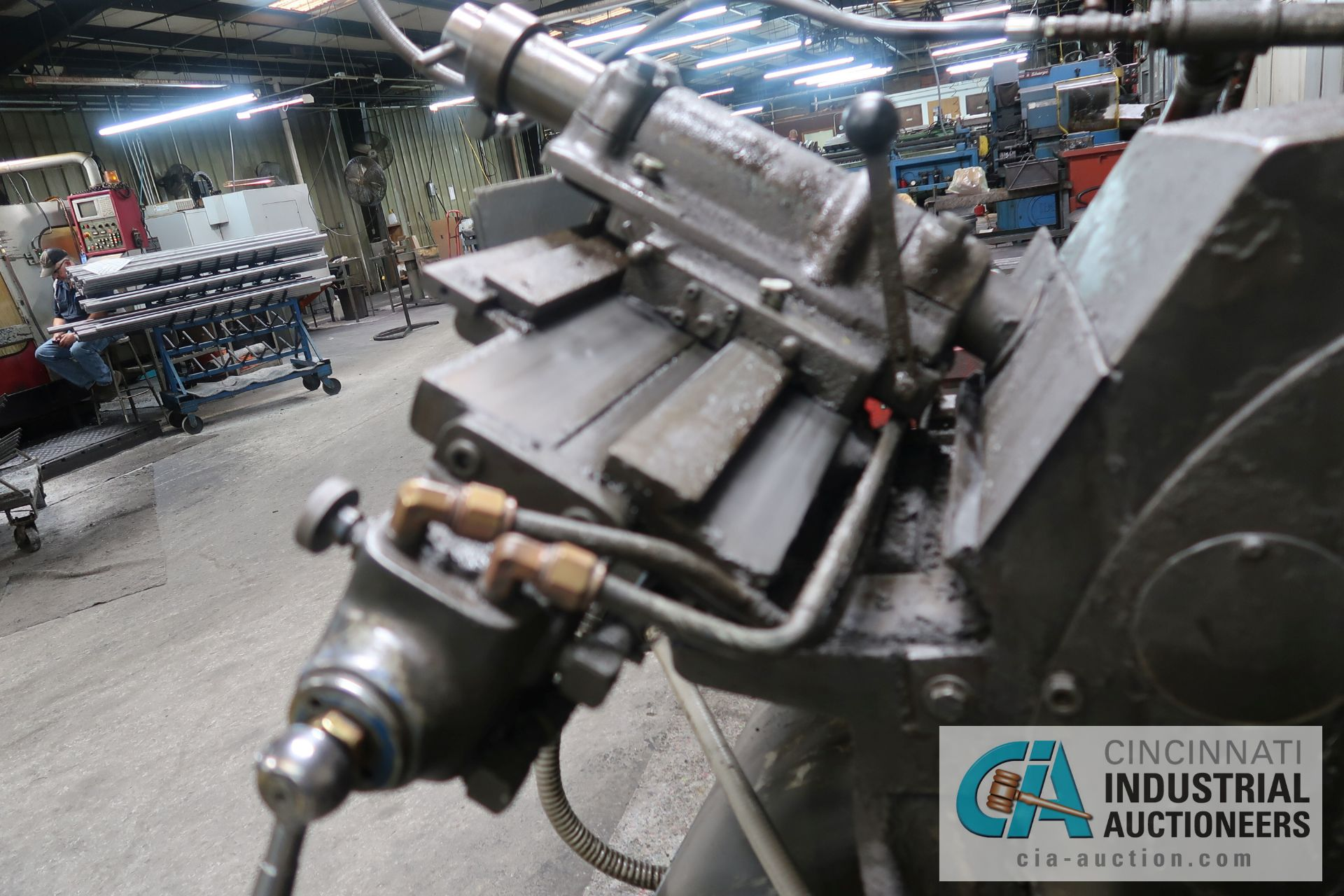Lot 25 - CINCINNATI MODEL 2 CENTERLESS GRINDER; S/N 2M2H1L-2160 WITH INFEED AND OUTFEED CONVEYORS