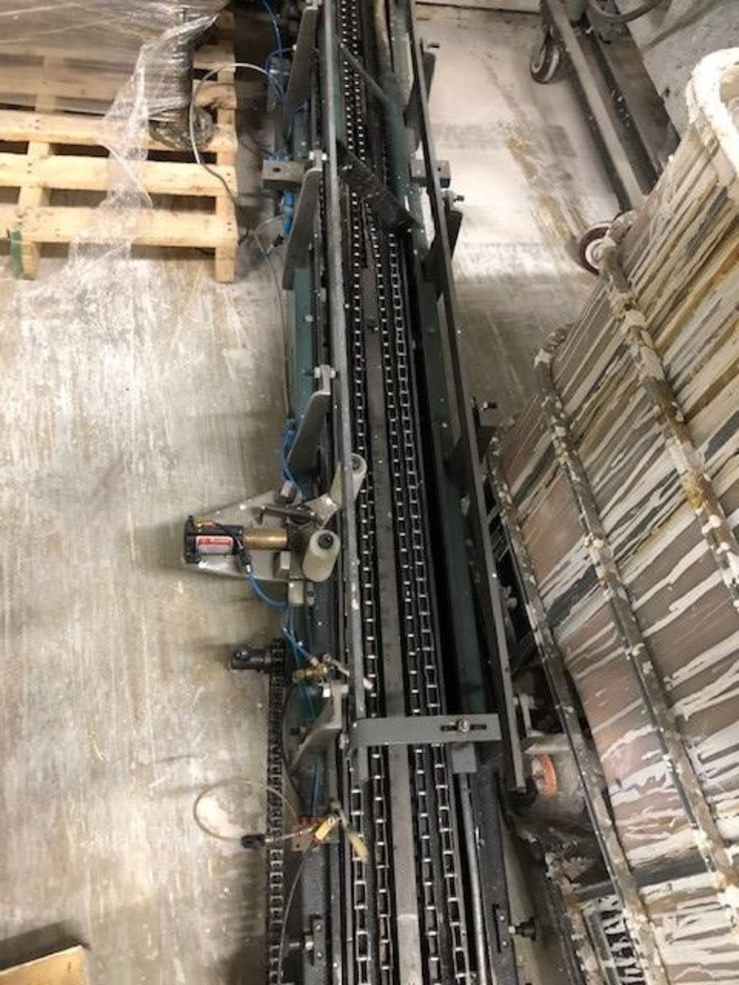 Lot 31 - Bail-o-Matic Heisler, model: C, s/n: 10-657, date: 6-1-98 including infeed conveyor