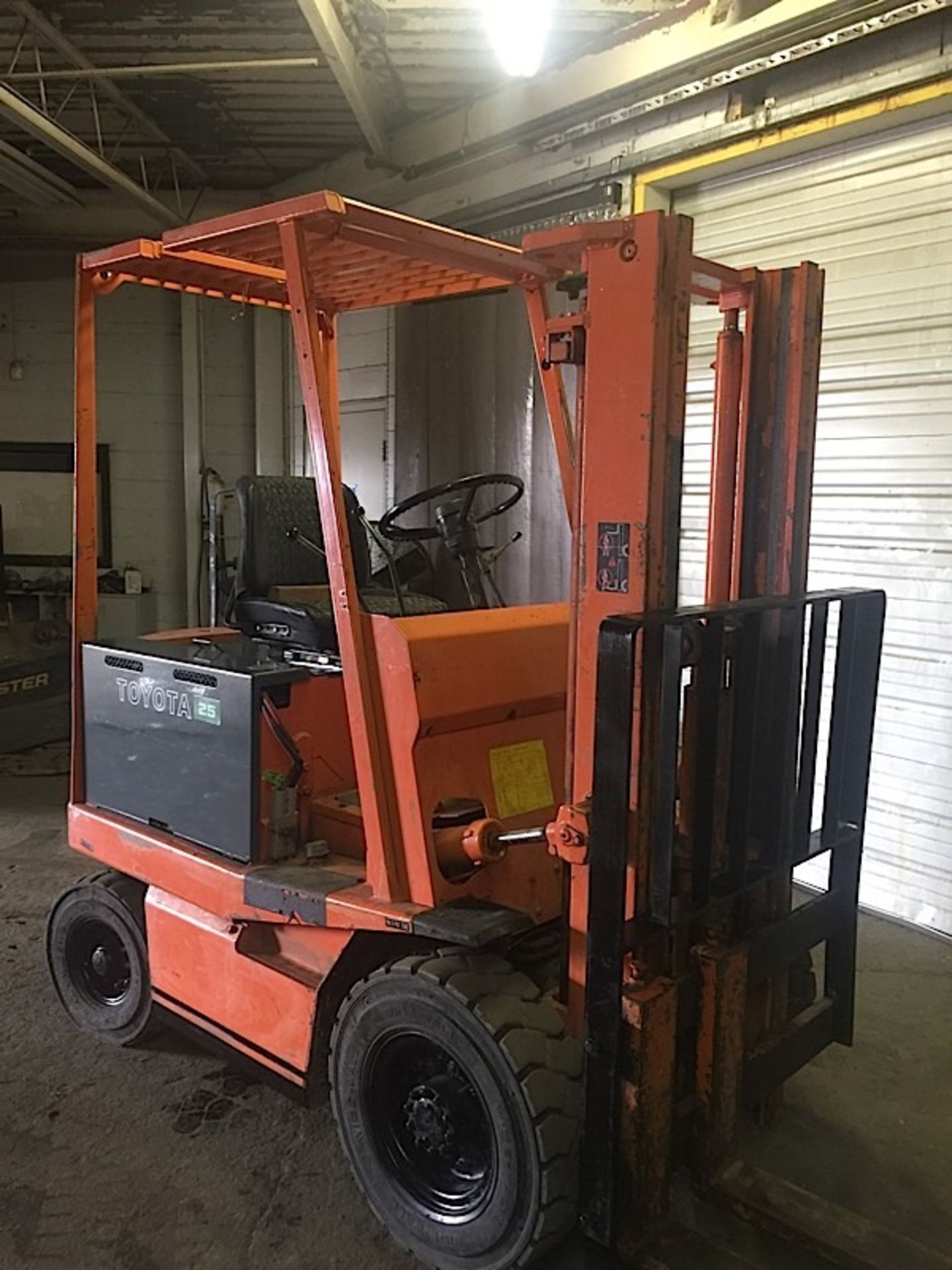 Lot 56 - TOYOTA OUTDOOR (FBA25) 5,000 LBS ELECTRIC 48 VOLT FORKLIFT W/CHARGER