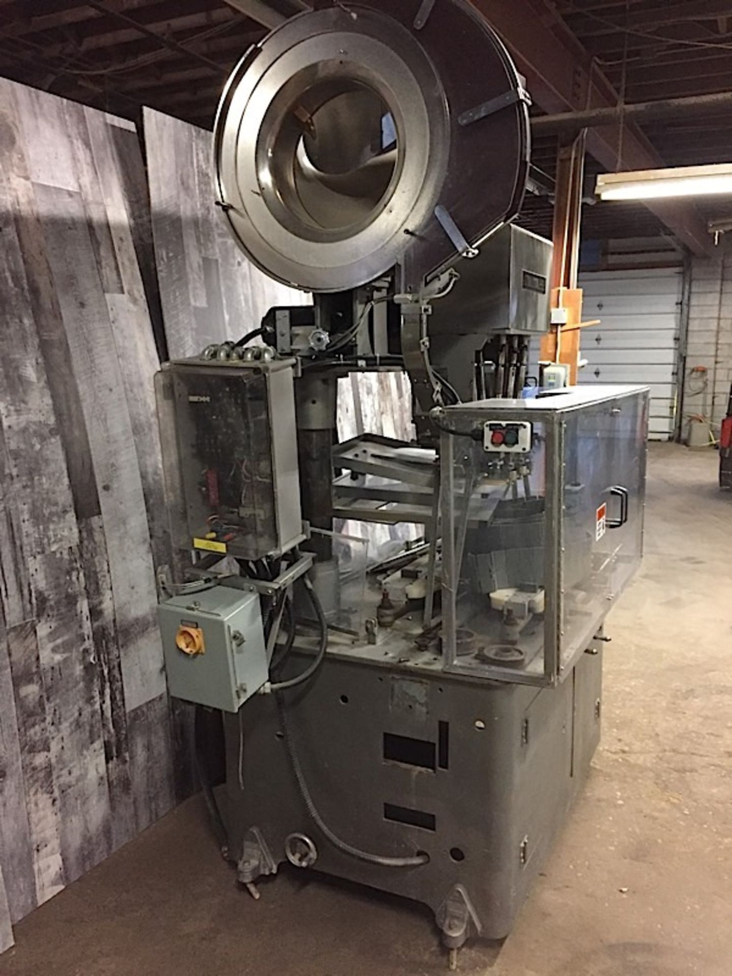Lot 31 - AUTOMATIC CAPPER MACHINE