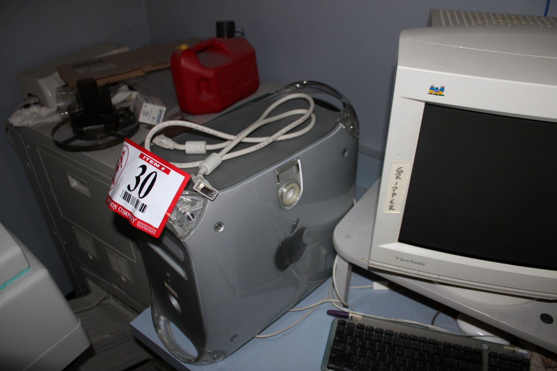 Lot 30 - Power Mac G4 Computer/Keyboard/Monitor