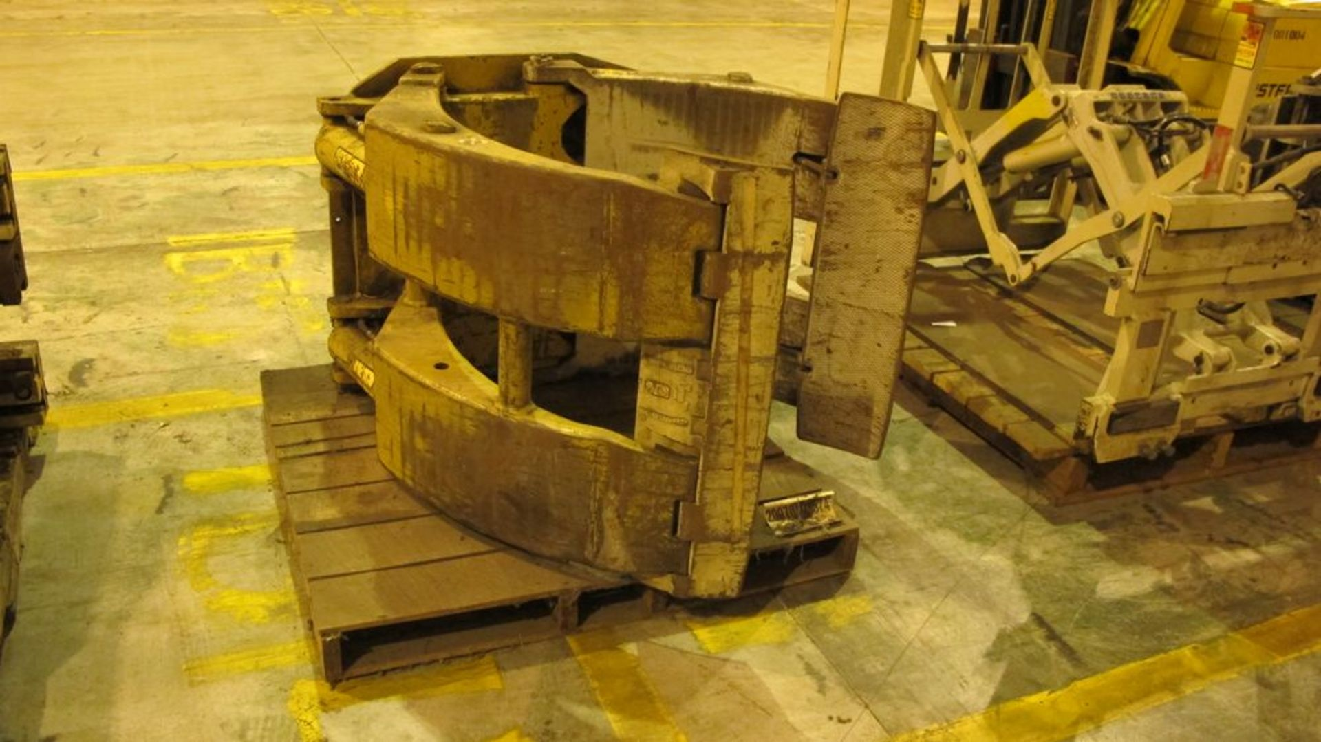 Lot 25 - FORK TRUCK ROLL CLAMP ATTACHMENT, 4500 LB CAP (WAREHOUSE 52)