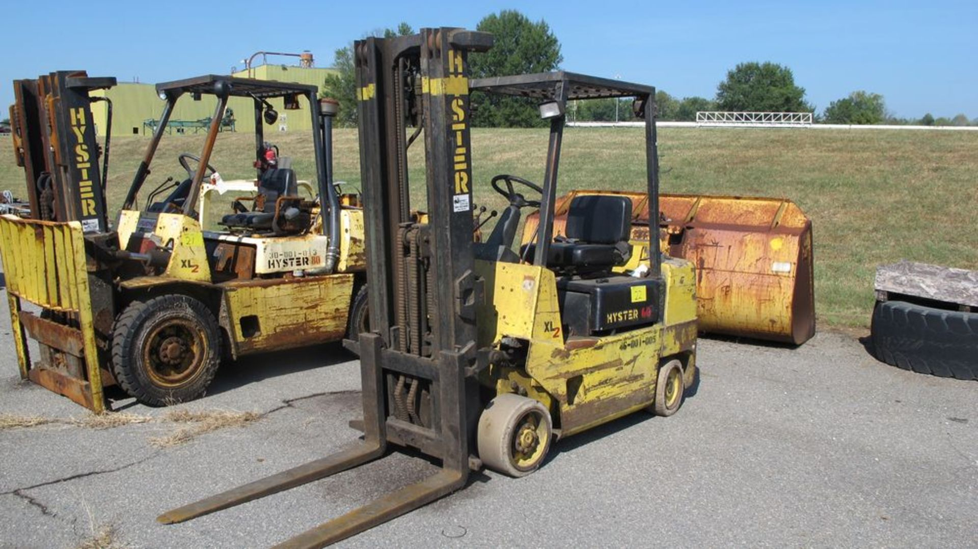 "Lot 22 - HYSTER S60XL PROPANE FORK TRUCK (NEEDS REPAIR), 4250 LB CAP, 3 STAGE, 191"" LIFT, SOLID TIRES, 46"""