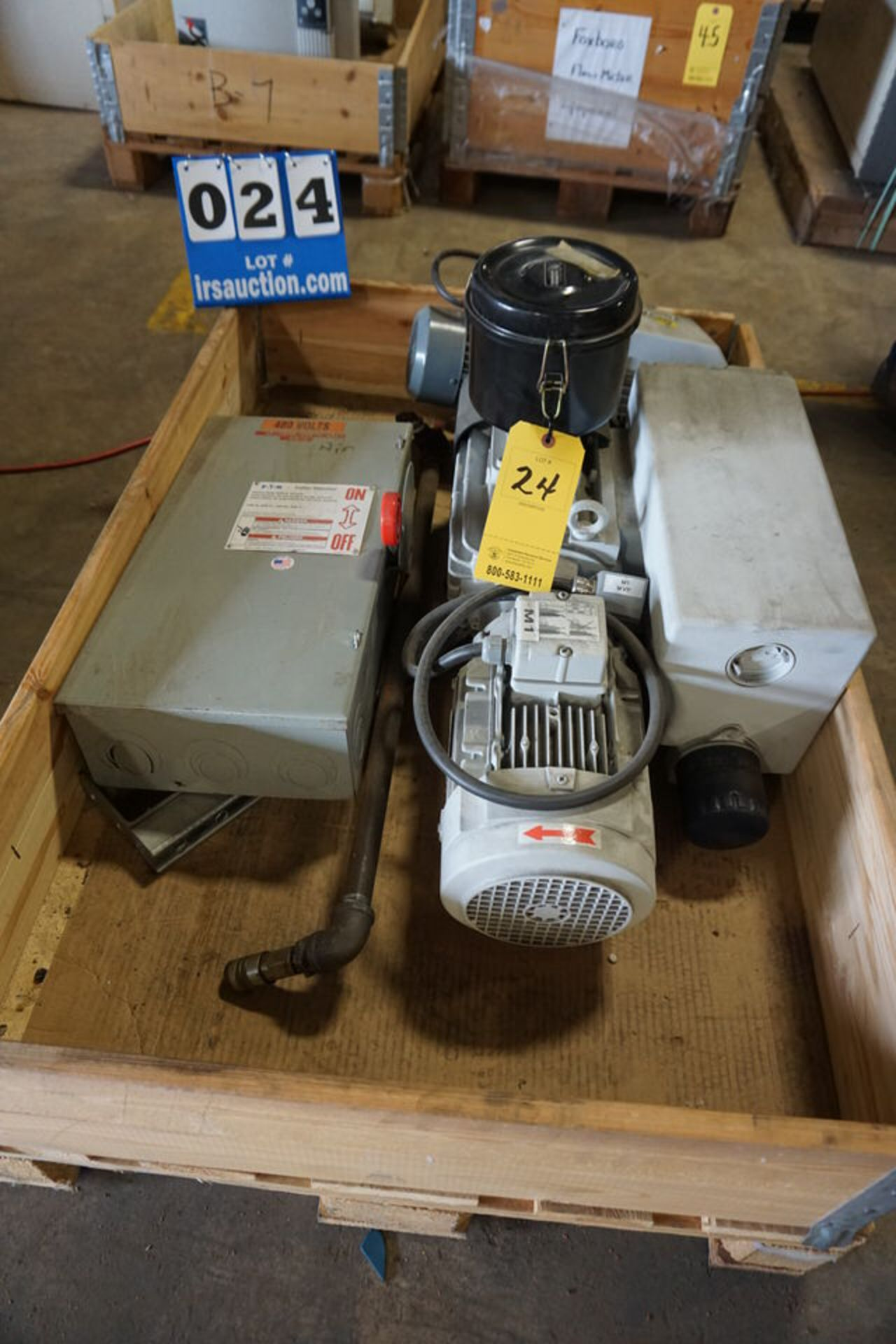 Lot 24 - LEYBOLD VACCUM PUMP MDL:SV100-B-960503 W/ LEYBOLD VACCUM PUMP MDL:11256, TYPE:128B (Location: 903
