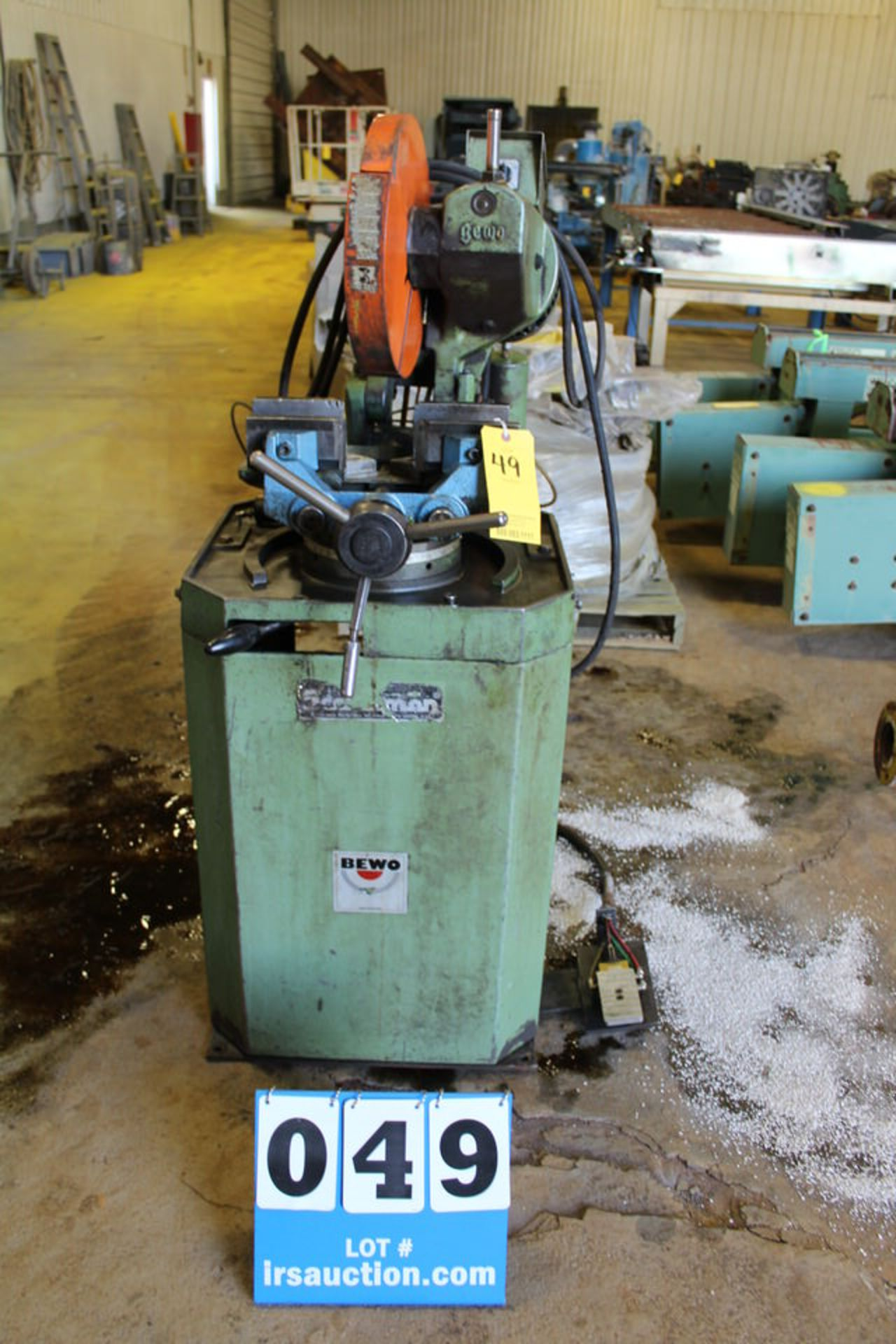 Lot 49 - SCOTCHMAN BEWO 350LG HYDRAULIC ABRASIVE CHOP SAW W/ CLAMPING ATTCHMNT, 4' INFEED & OUTFEED