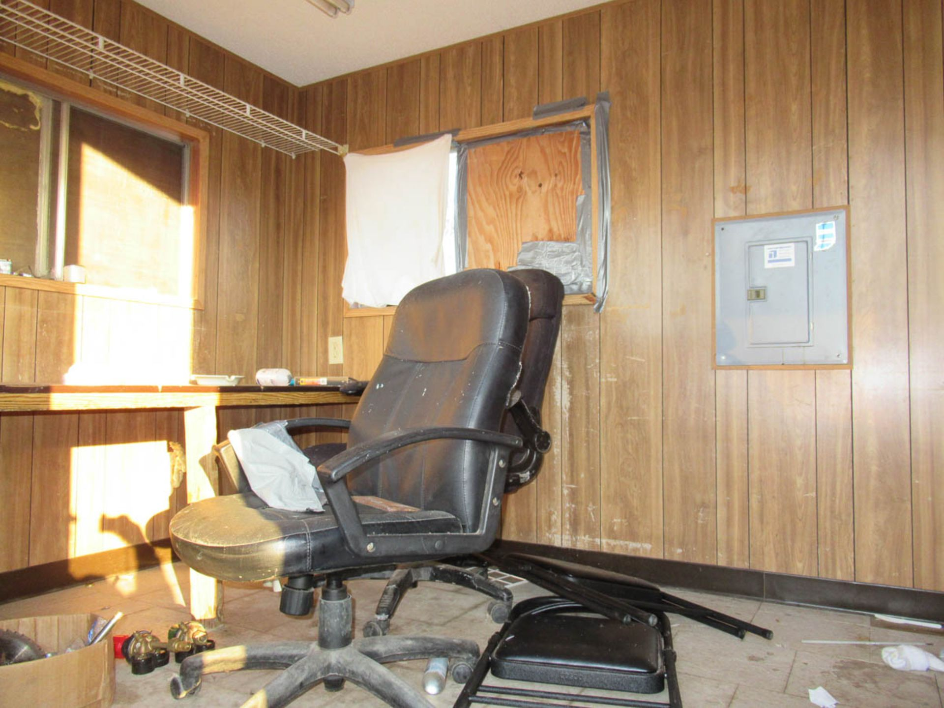 APPROXIMATELY 28' OFFICE TRAILER [LOCATED @ MARINE PARKWAY BRIDGE - QUEENS SIDE] - Image 7 of 9