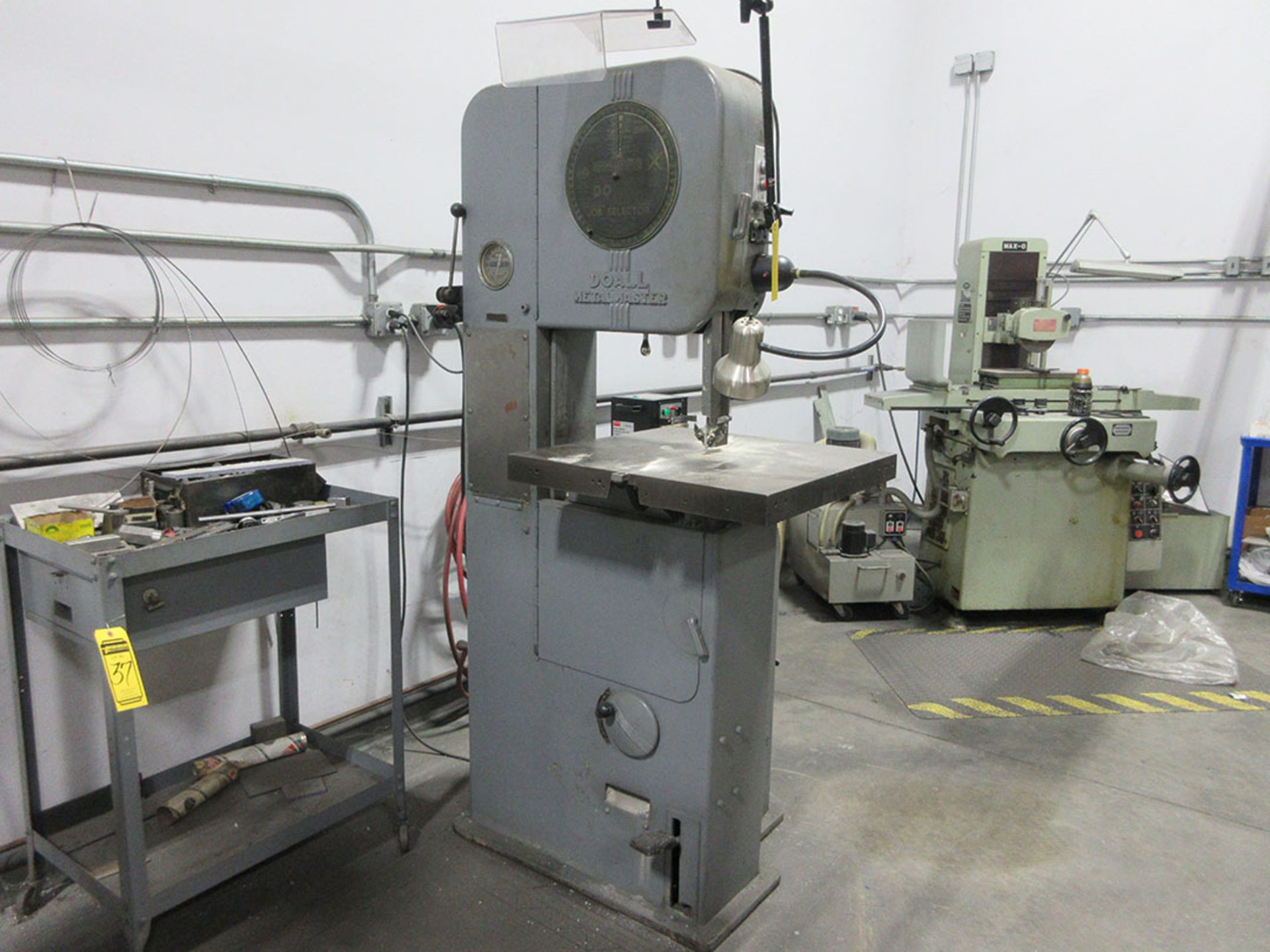Lot 34 - DOALL METAL MASTER VERTICAL BAND SAW; 2' X 2' CONTOUR TABLE, 17'' THROAT, JOB SELECTOR, SPEED