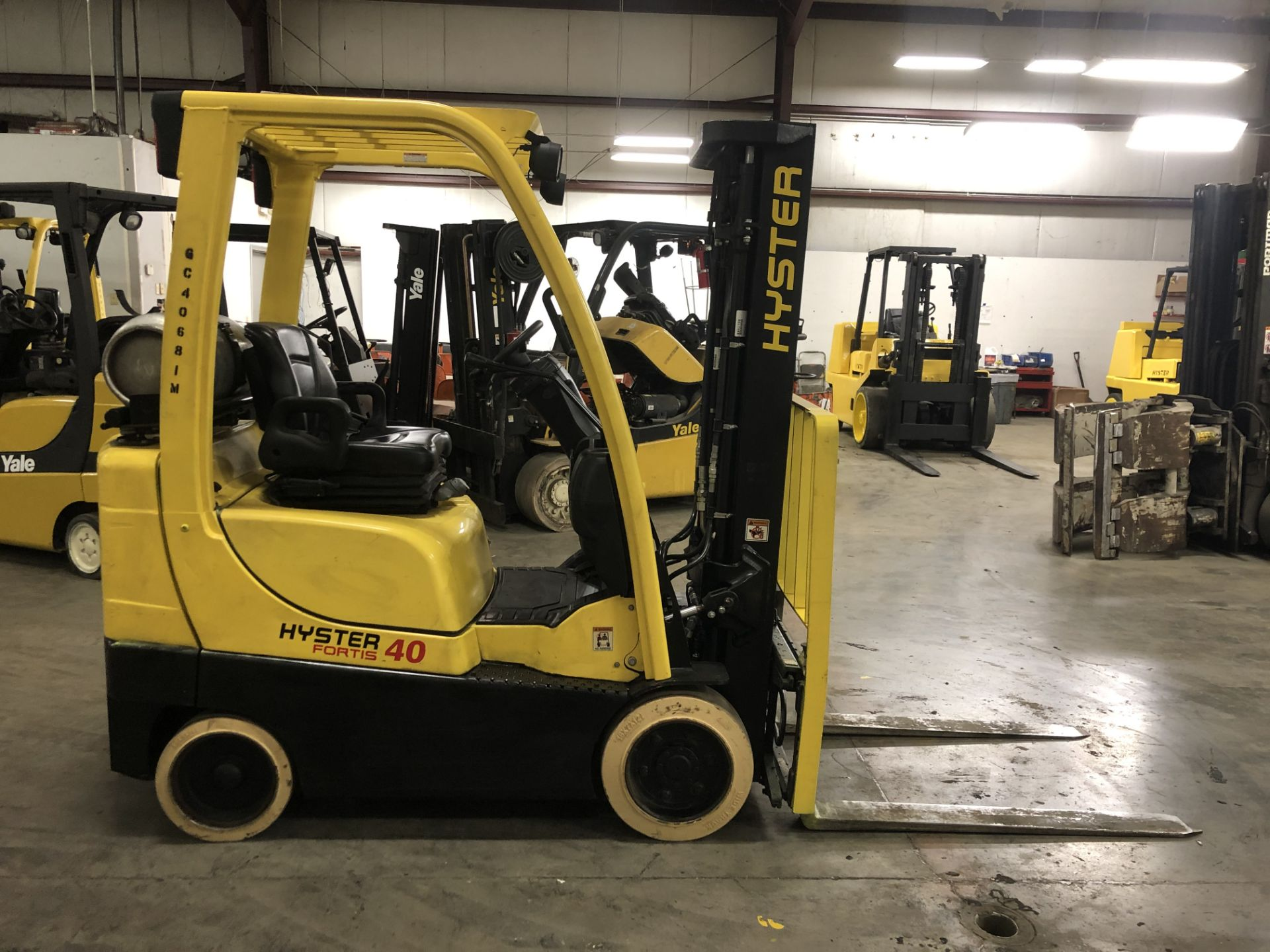 Lot 16 - 2014 HYSTER 4,000-lb., Model: S40FT, LPG, Solid Tires, 3-Stage Mast, Sideshift 7,861 Hours