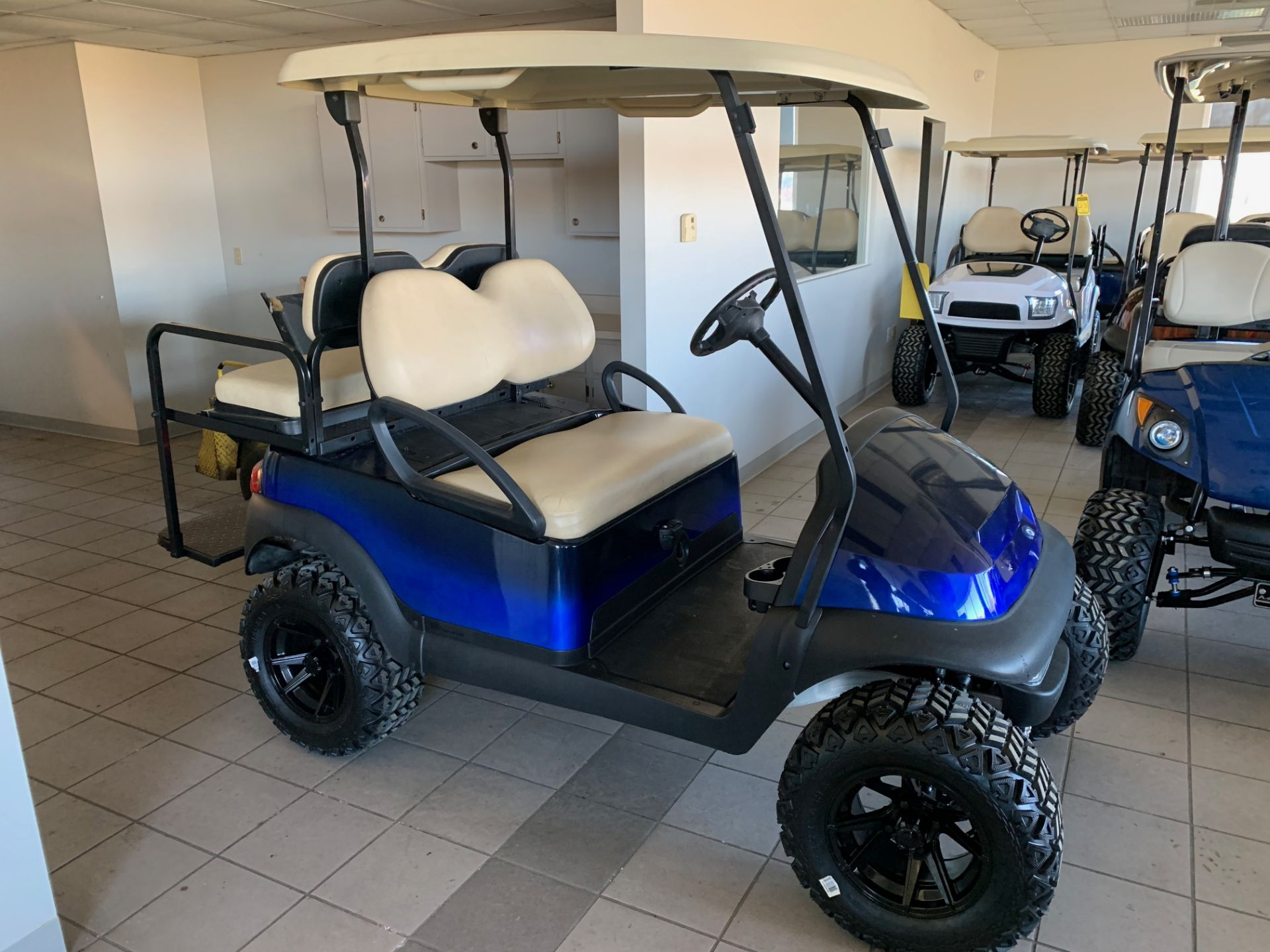 Lot 22 - 2014 CLUB CAR PRECEDENT ELECTRIC GOLF CART, WITH 48V CHARGER, 4-PASSENGER FOLD DOWN SEAT, LIFT KIT
