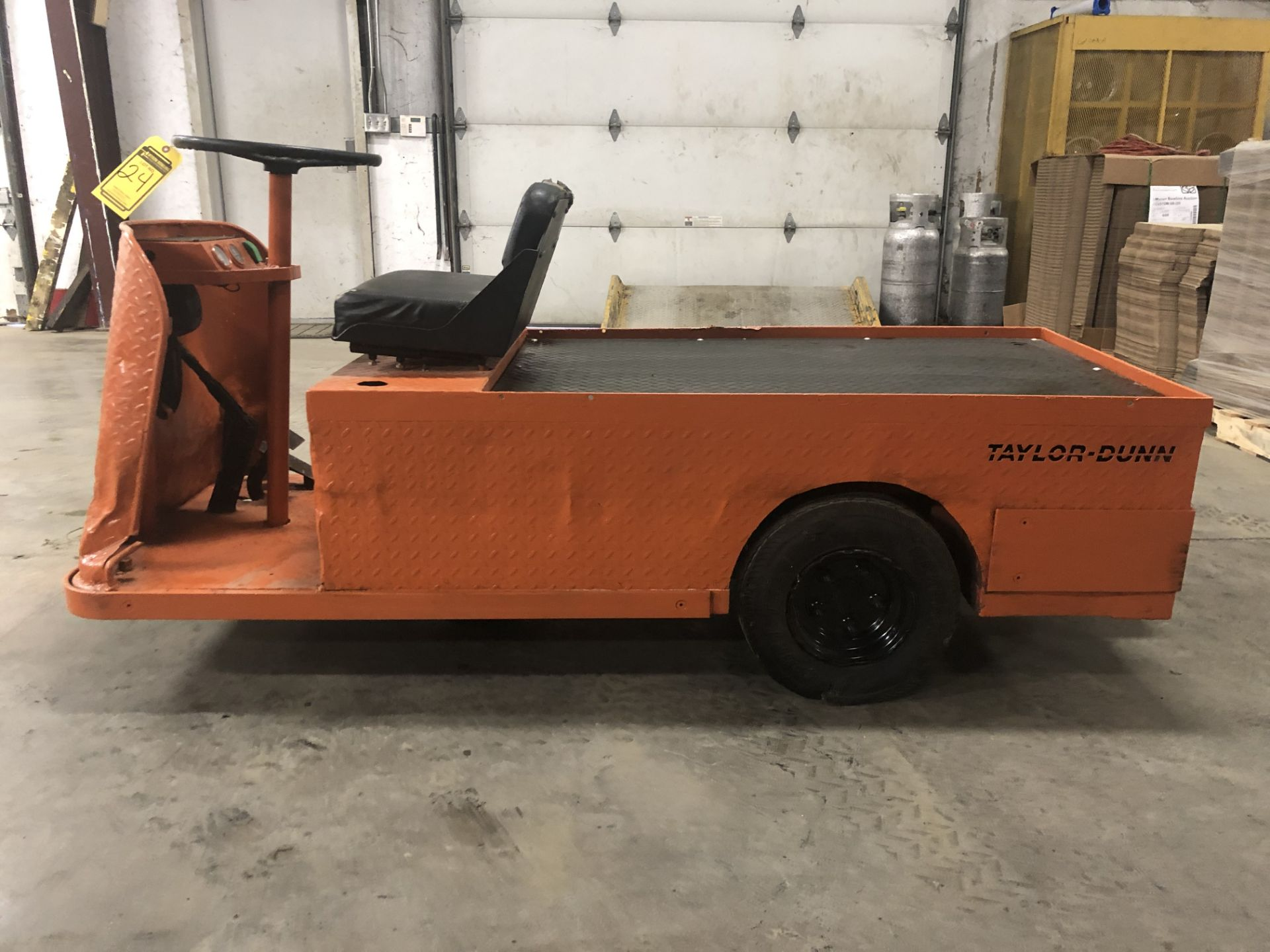 Lot 24 - 2007 TAYLOR-DUNN 3-WHEEL ELECTRIC PERSONNEL CART, 450-LB. CAPACITY, ON-BOARD CHARGER