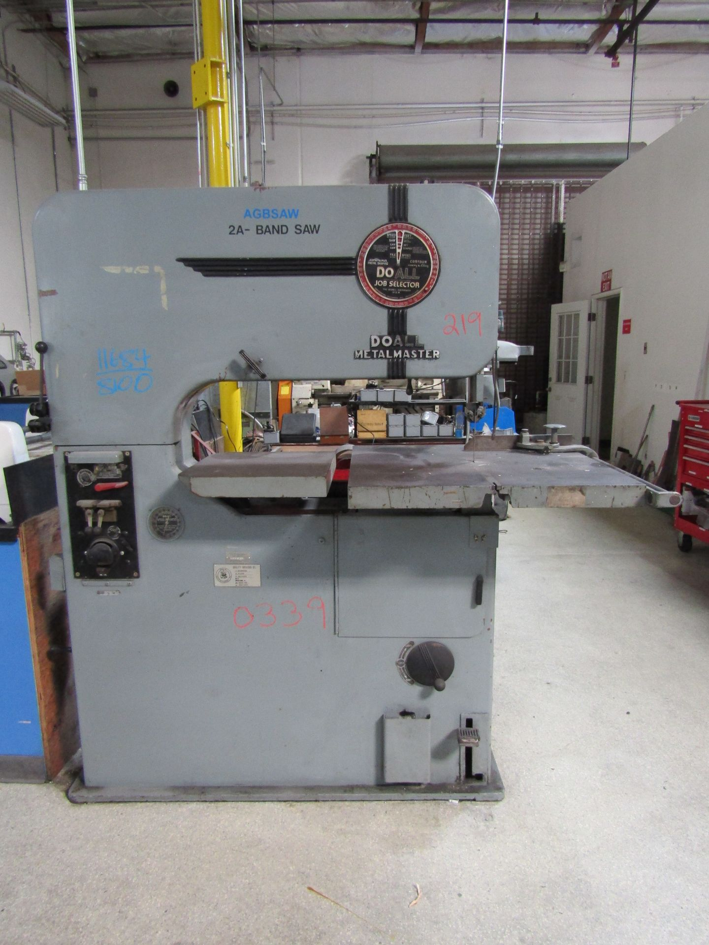 "Lot 4 - DOALL 24"" Metal Master Vertical Metal Cutting Bandsaw, W/ DoAll Welder Model DBW1A, S/N 6122648"