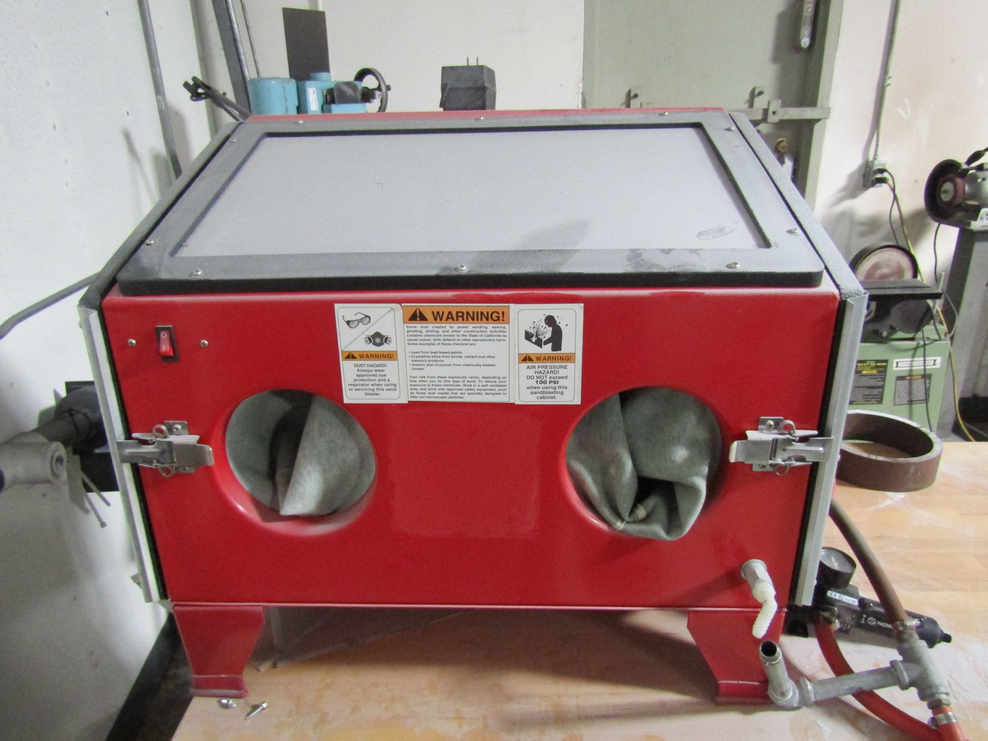 Lot 49 - GRIZZLY G0472 Sand Blasting Cabinet With Owners Manual