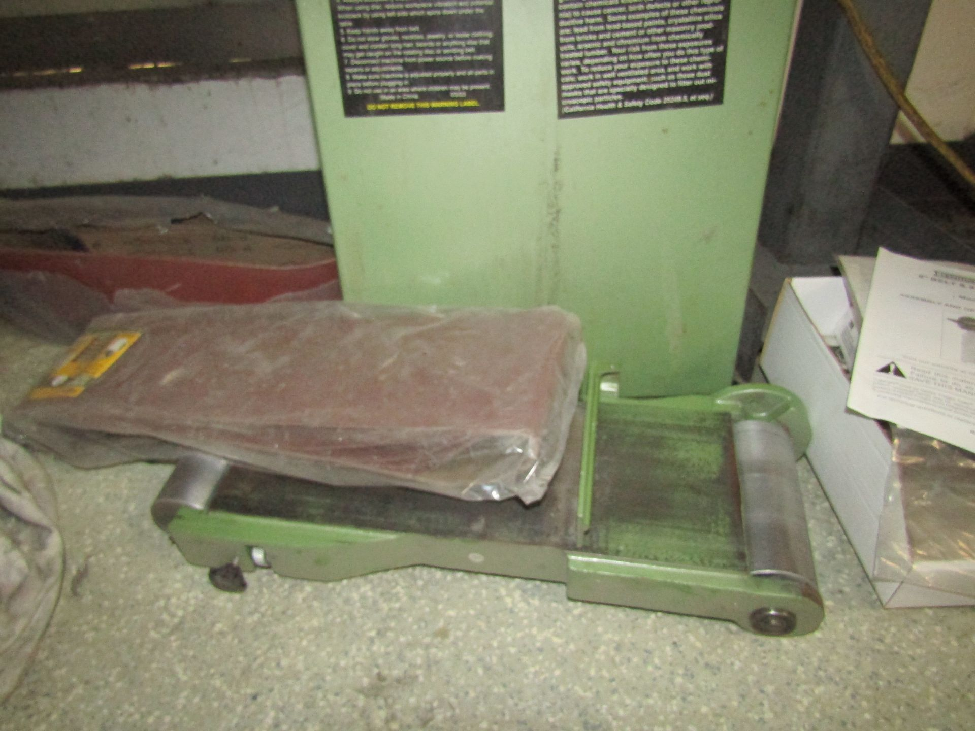 "Lot 32 - CENTRAL MACHINERY 6"" Belt & 9"" Disc Sander, Model 06852, With Spare Sand Paper"