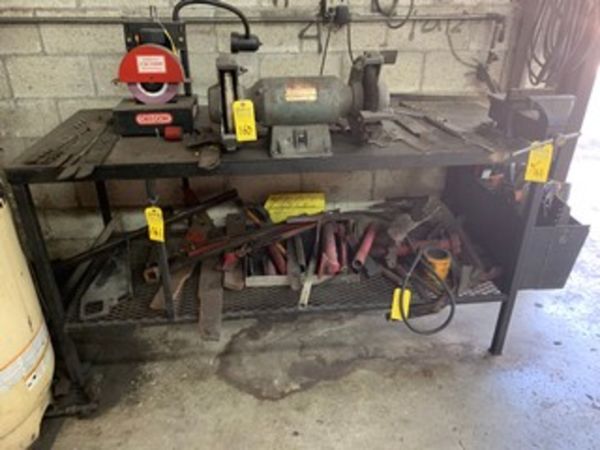 Lot 161 - TABLE WITH VISE