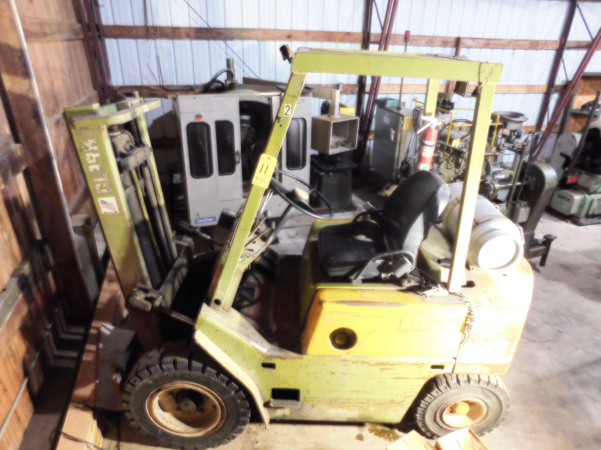 Lotto 11 - Clark Model C500Y50 Fork Lift, s/n Y355 289 3525, 5,000 Lb. Capacity, LP, Hard Tire, Cage, Needs