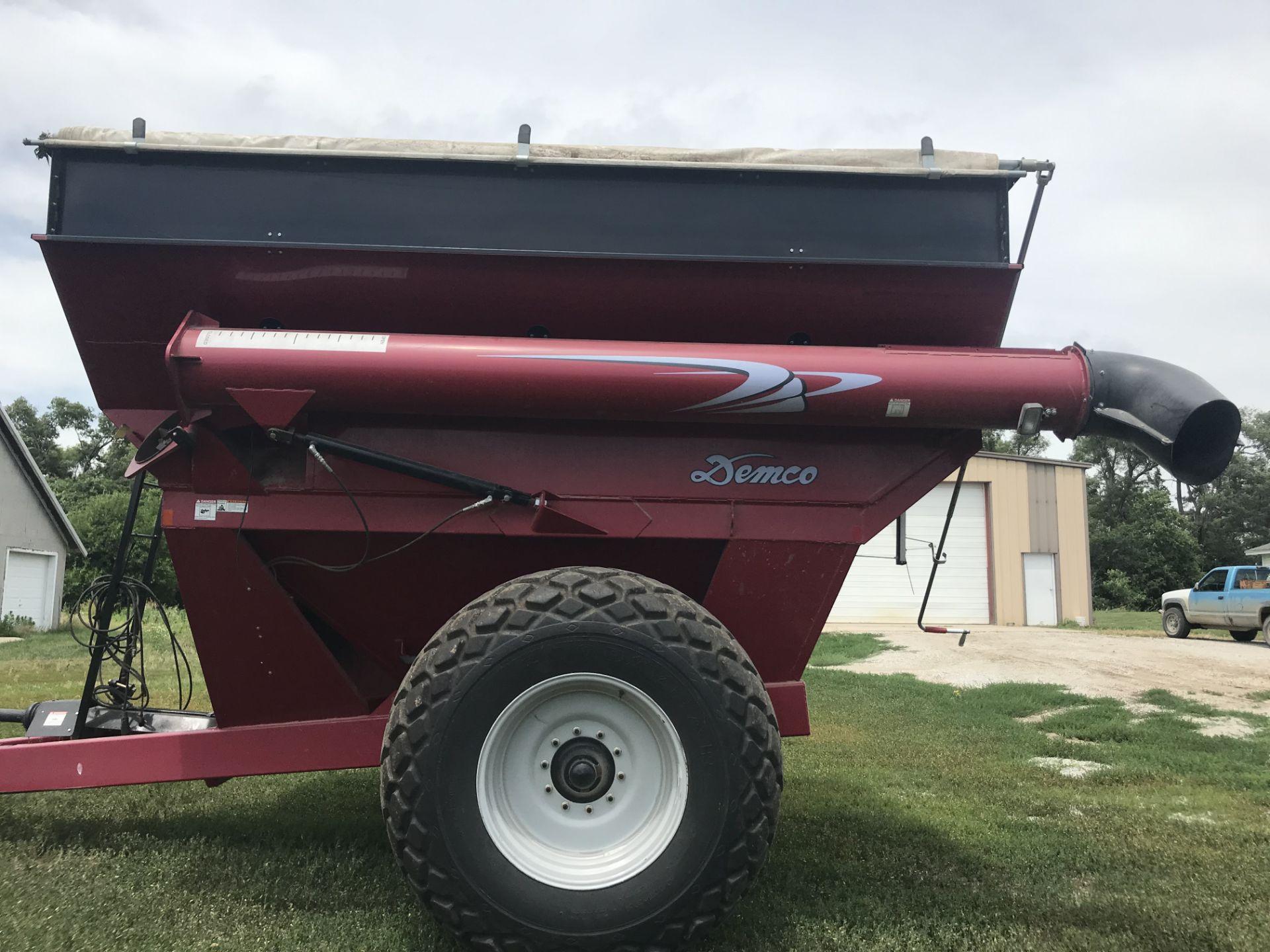 Lot 27 - 2010 Demco 650bu Grain Cart Corner Auger, Shur-lok Roll Tarp, 24.5-32 Tires, Light Package (1