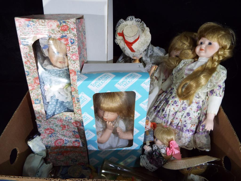 Lot 61 - Dolls - a quantity of predominantly modern dressed dolls to include International dolls,