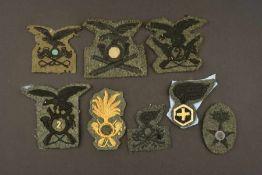 Insignes de l'armée italienneSix insignes tissé pour coiffures de différentes armes. Et deux