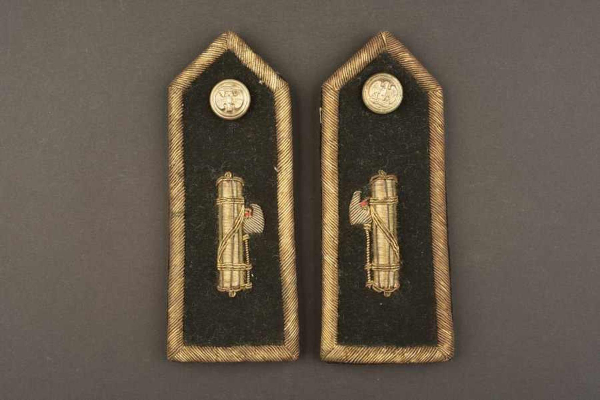 Epaulettes d'officier supérieur de la MVSNEn tissu soyeux noir, faisceau brodé de fils d'or rapporté