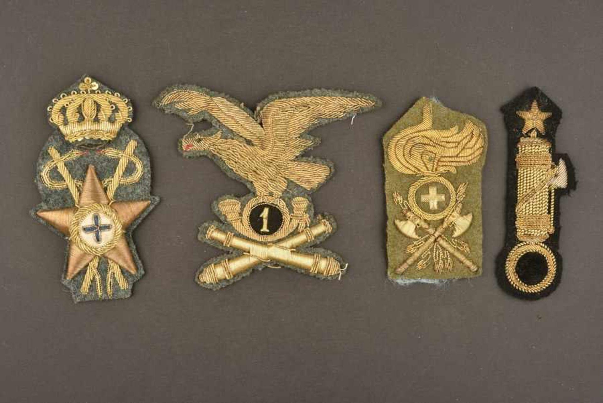 Ensemble de 4 insignes de coiffures d'officiers de l'armée royale italienneen fils d'or brodés