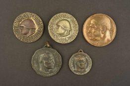 Insignes de mouvementsl FascisteComprenant trois médailles commémoratives au profil du Duce. Une
