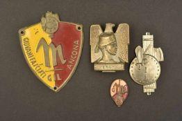 Insignes des Gioventu Italiana Del LittorioComprenant quatre insignes métalliques. Dont un insigne