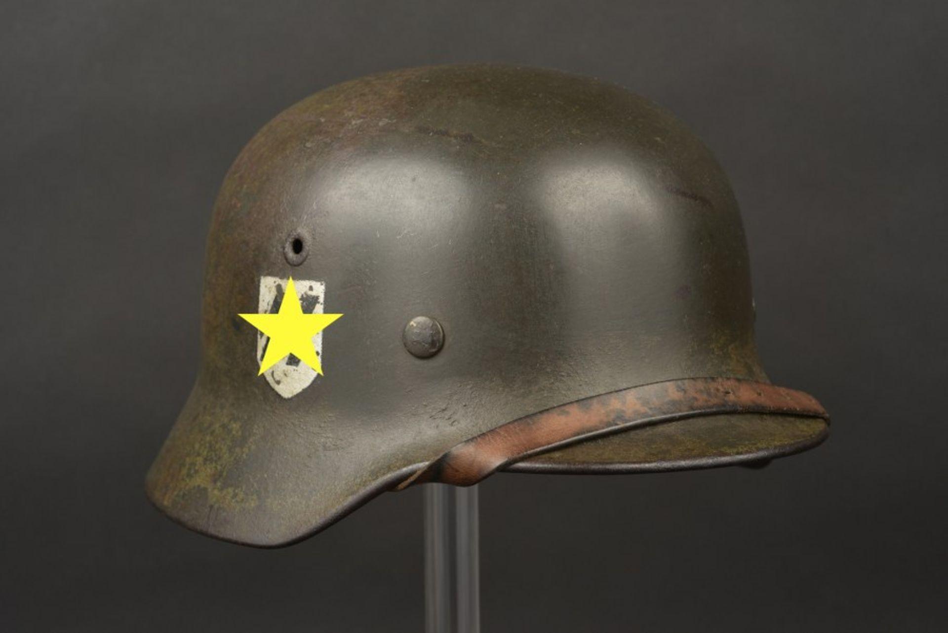 Casque SS camouflé double insigne du SS Ostuf A Linke. Helmet belonging to Ostuf A. Linke, bearing
