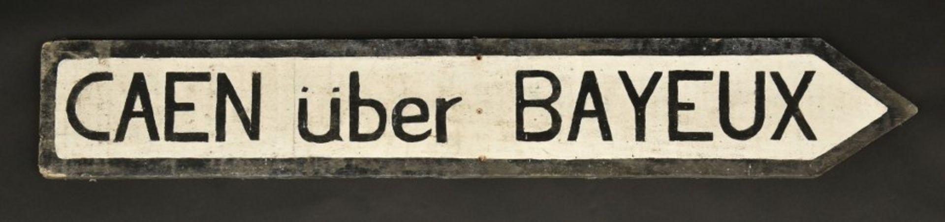 Panneau directionnel Caen über Bayeux. Directional sign Caen über Bayeux.En bois, fond peint en
