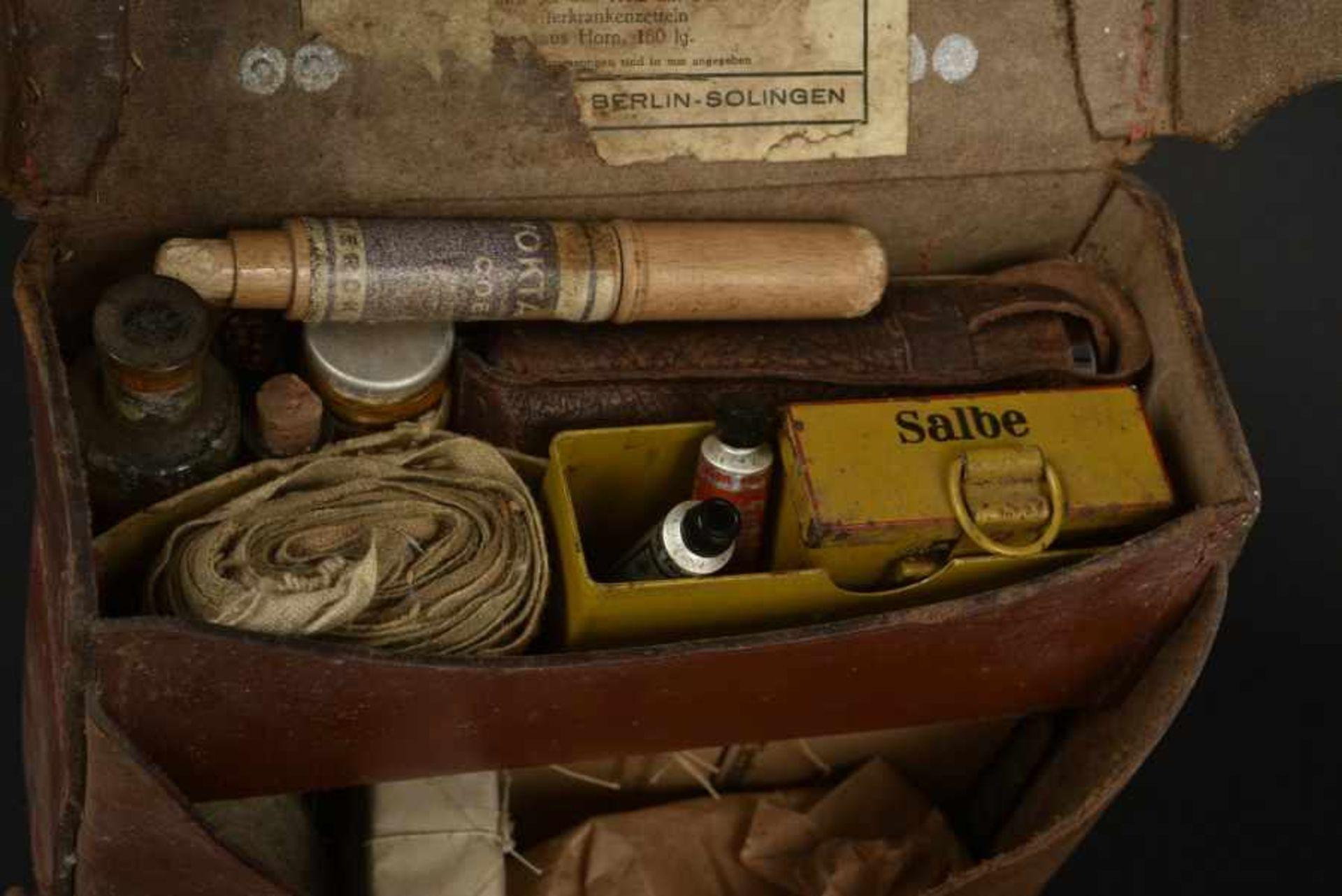 Trousse de Vétérinaire. Veterinary KitbagEn cuir marron, sangle de transport en toile Feldgrau. - Bild 2 aus 4